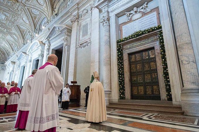 Papa-Francesco-la-porta-santa